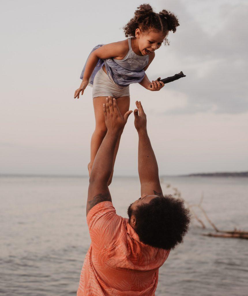 Vater wirft Tochter am Wasser in die Luft