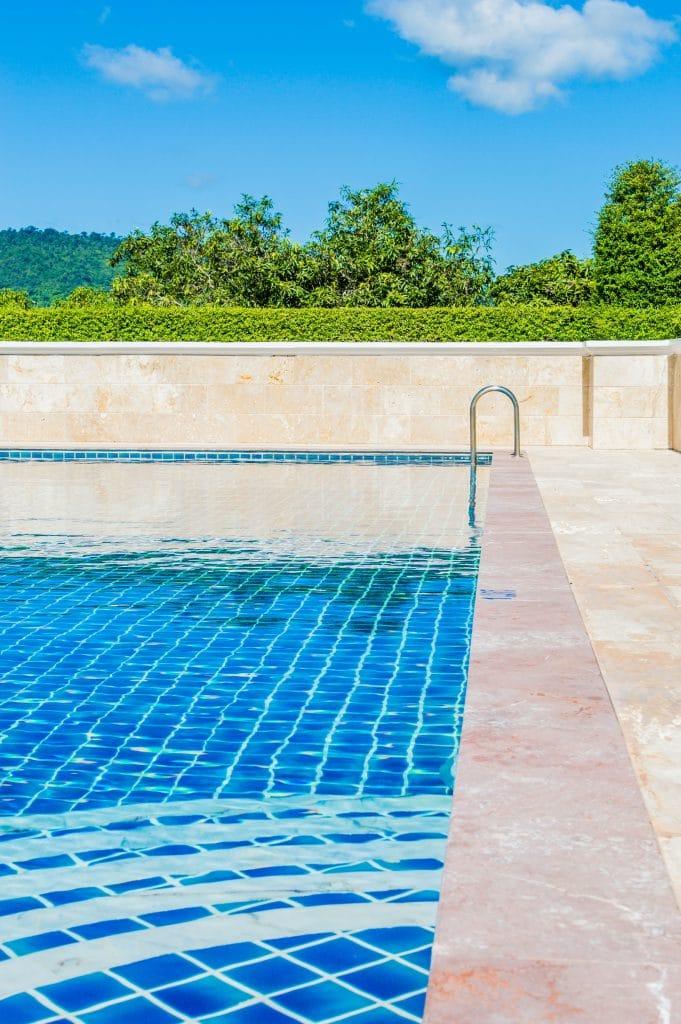 Für mehr Sicherheit am Pool Sorgen hier Mauer und Hecke