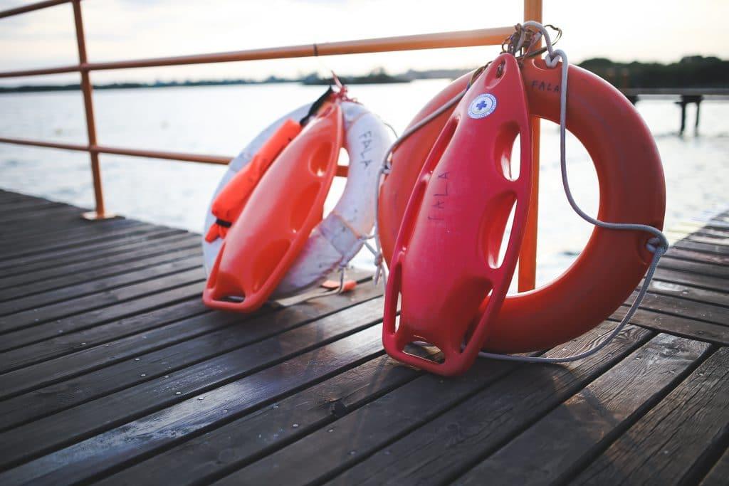 Rettungsboje und -ring sorgen für mehr Sicherheit am Pool