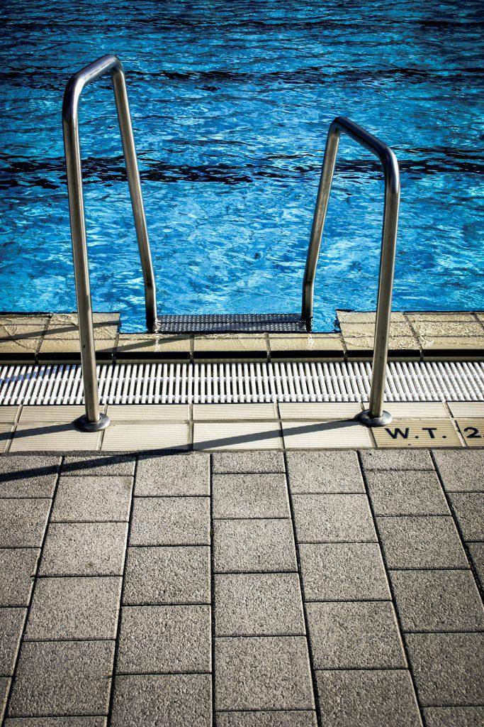 Auch die Ausgestaltung der Treppe / Leiter entscheidet über die Sicherheit am Pool.