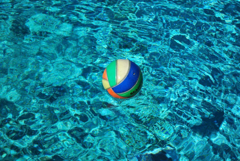 Ein Ball - wichtiges Untensil beim Schwimmenlernen zuhause