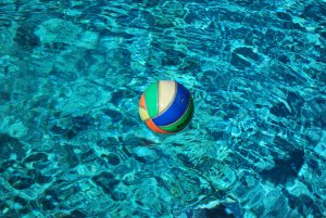 Ball trifft Wasser