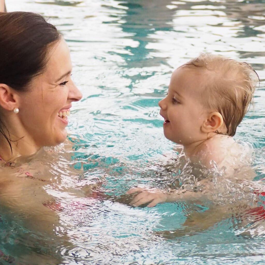 Mutter mit Kind beim Babyschwimmen in der KissSalis-Therme.
