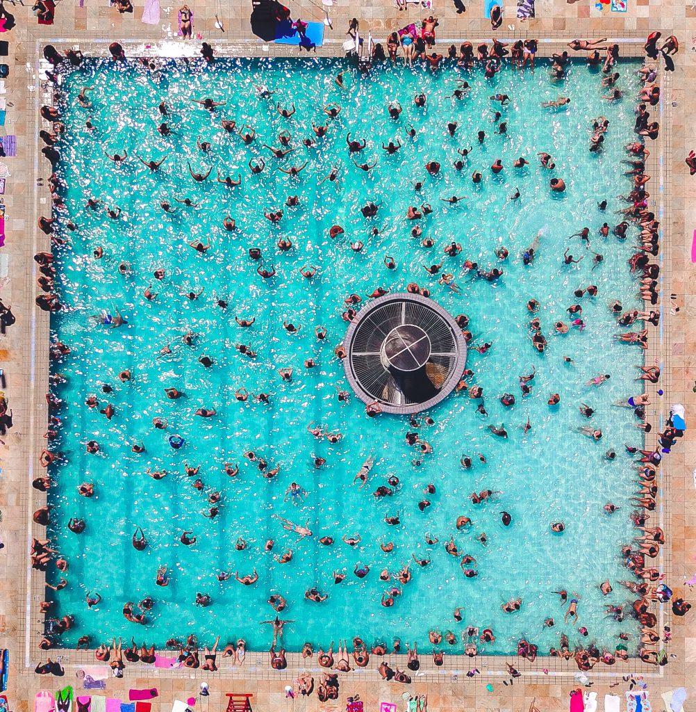 Freibad und Corona voller Menschen. So geht es nicht.