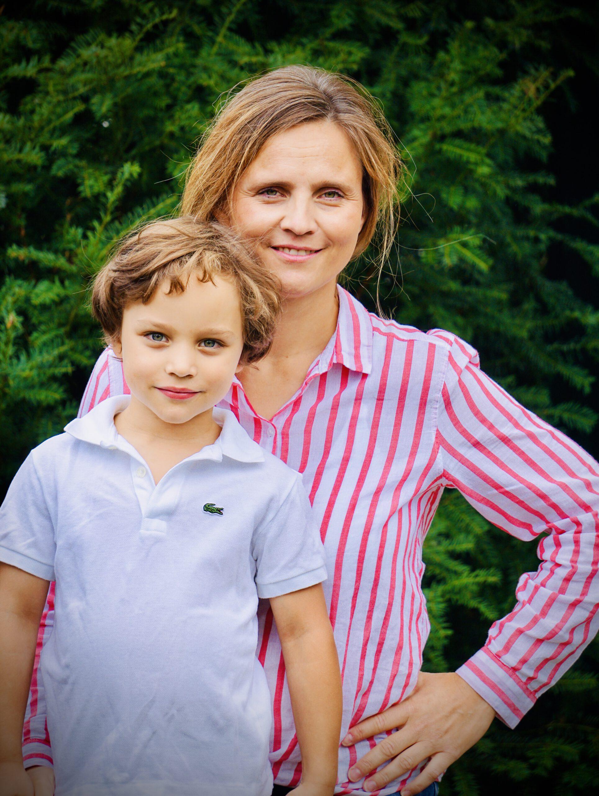 Die Gründerin der online Schwimmschule mit ihrem Sohn