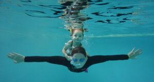 Mynia mit ihrer Tochter beim Tauchen