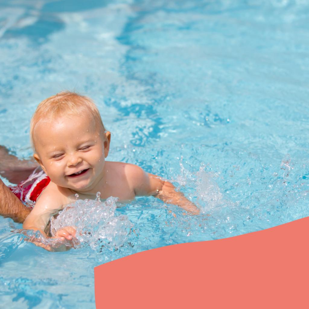 Baby beim Babyschwimmen mit Elternteil