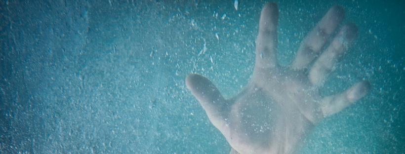 Hand eines Ertinkenden unter Wasser